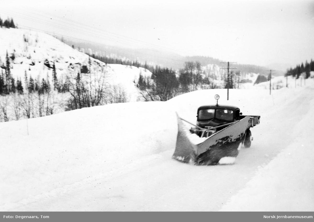 Snørydding med plog på riksveg 50 med bil fra NSBs 11. avdeling