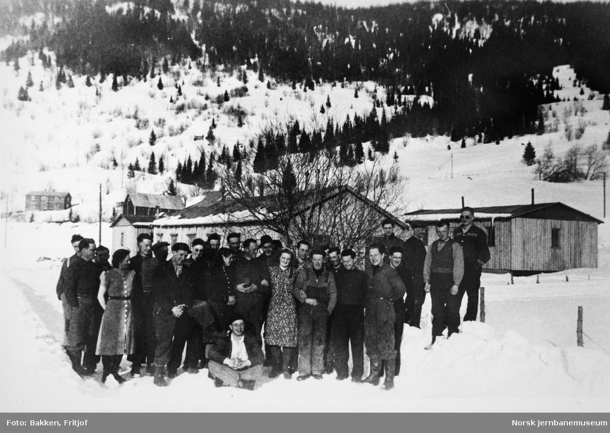 Arbeidere og kokker utenfor brakkerigg like nord for Bjerka tunnel