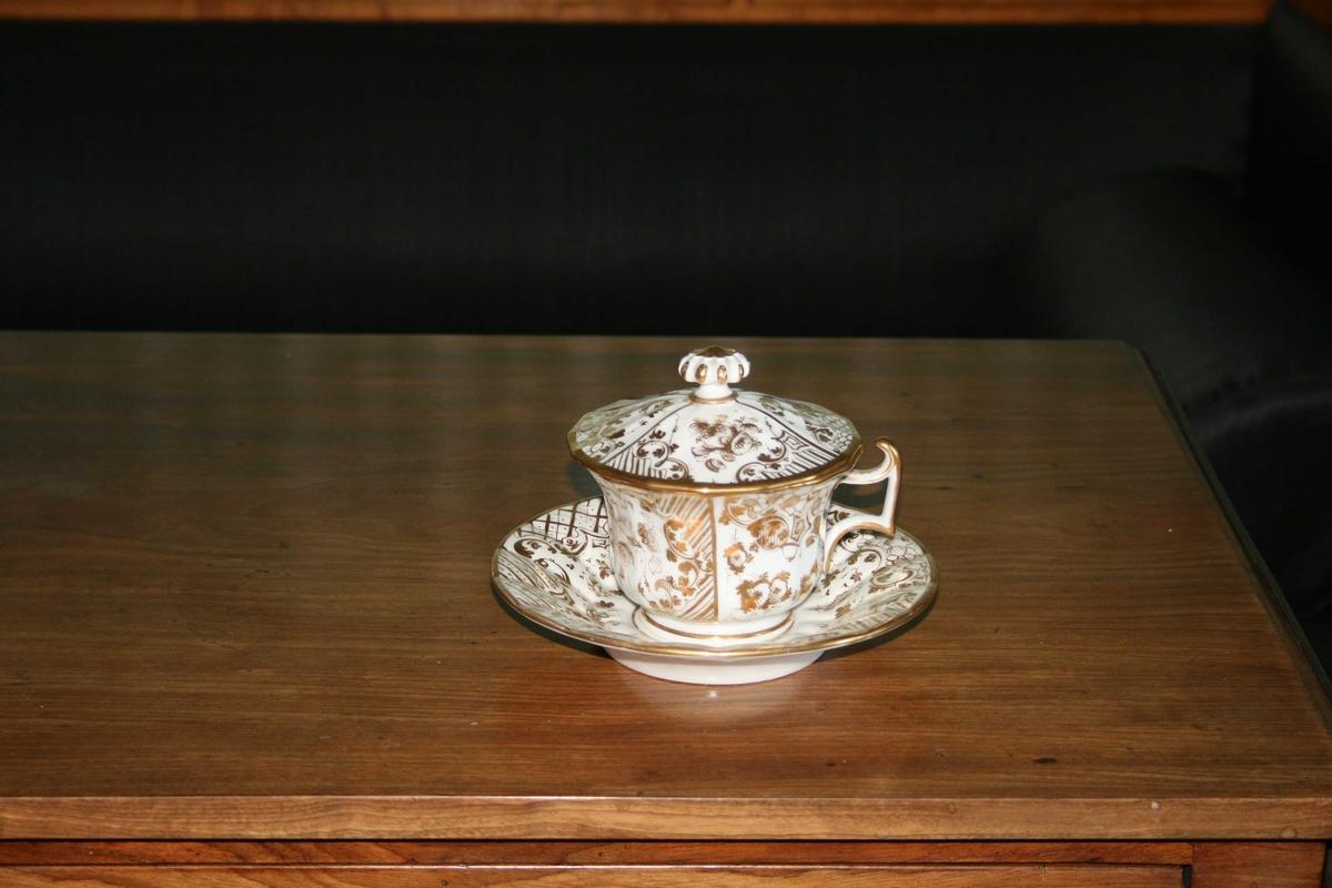 Tekopp m/skål og lokk. Hvit m/gull dekorert, blomstermotiv.