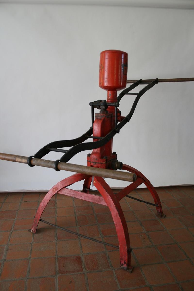 1 brannsprøyte, rød i jern på fire føtter, skal tilkoples slange.