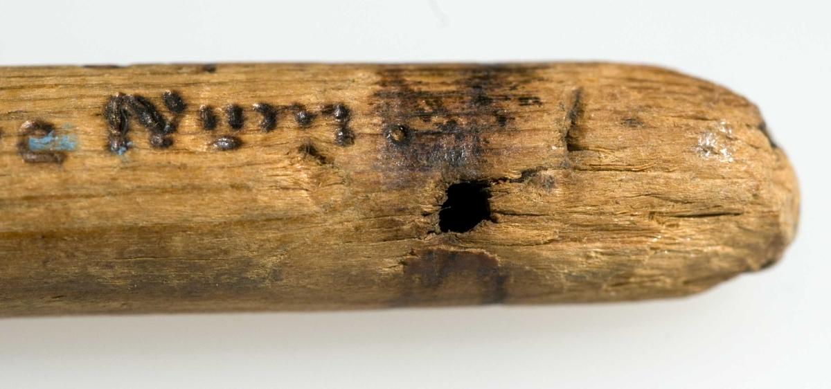 """Lyren hørte trolig hjemme i et overklassemiljø. Dette er den eneste bevarte middelalderlyren i Norden. Den har samme form som lyren i scenen med Gunner Gjukeson i ormegården på Hylestad-portalen. Lyre er et klimpreinstrument som i middelalderen var kjent under andre navn, muligens """"harpe"""" eller """"rotta""""."""