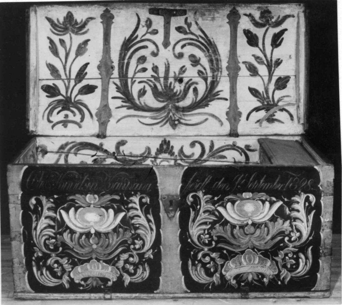 Rosemalt kiste med svakt buet lokk.