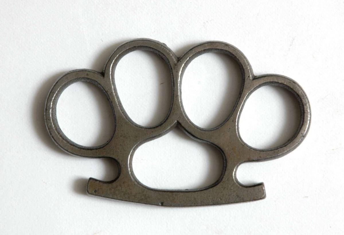 4 sammensmidde jern fingerringer montert på anslagsjern for håndflaten.