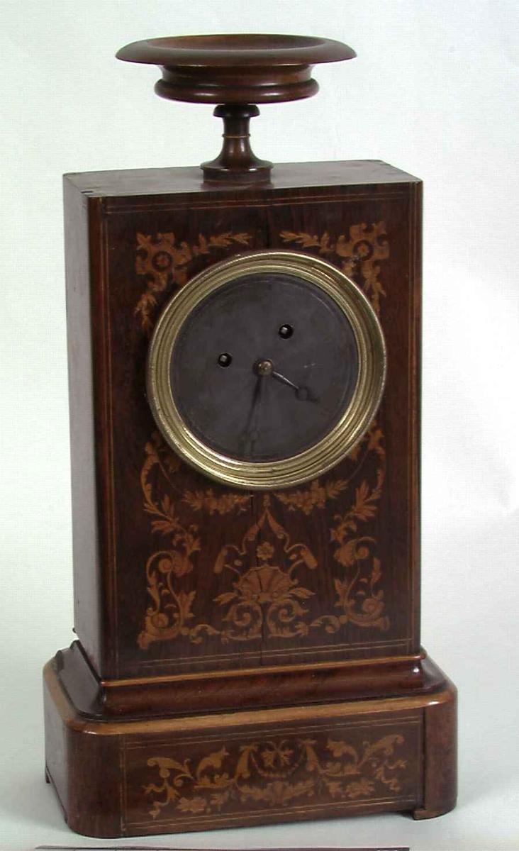 """Fransk taffelur med et masseprodusert, såkalt """"pariserverk"""". Tråpendelopphenget daterer uret til før 1850."""