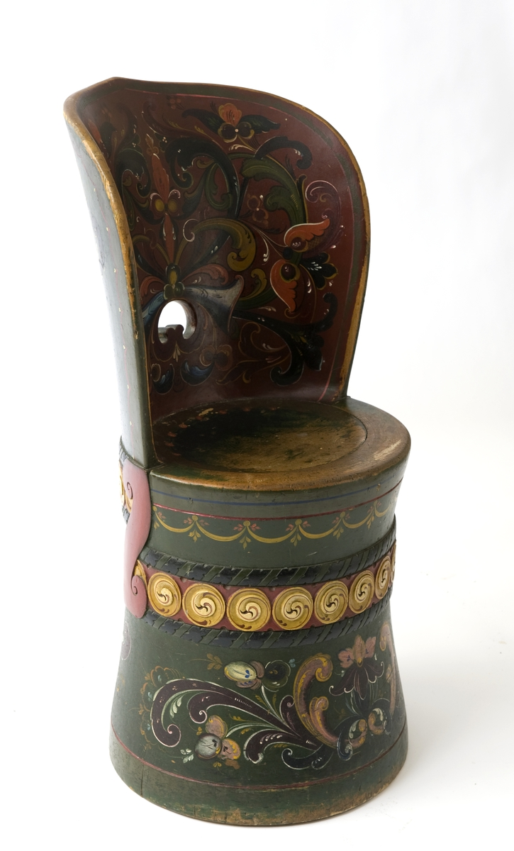 Kubbestol med rosemaling og utskårne detaljer.