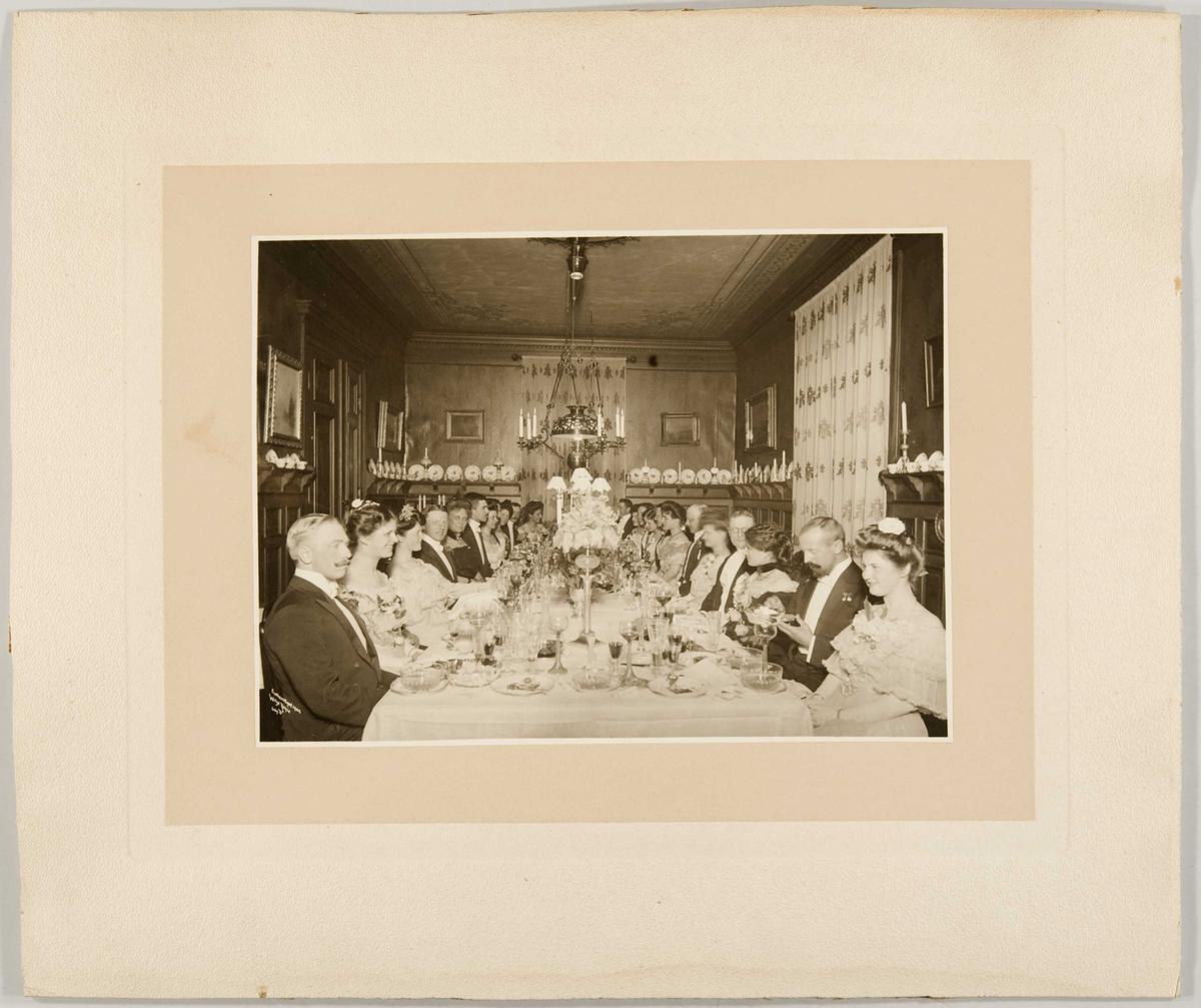 Tilbords. Middag hos kammerherrinde Sigrd Faye vinteren 1903/04.
