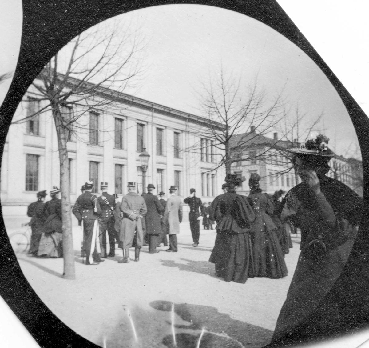 Mennesker i Studenterlunden, Karl Johans gate, Oslo. Universitetet i bakgrunnen. Menn.i uniformer.