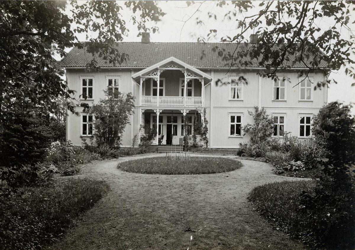 Ullensaker Prestegård, Ullensaker, Øvre Romerike, Akershus. Hovedhuset med veranda sett fra hagen.
