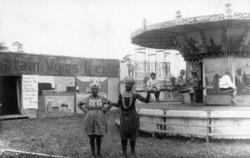 Marked på Norsk Folkemuseum i 1924. Karusell og boder.