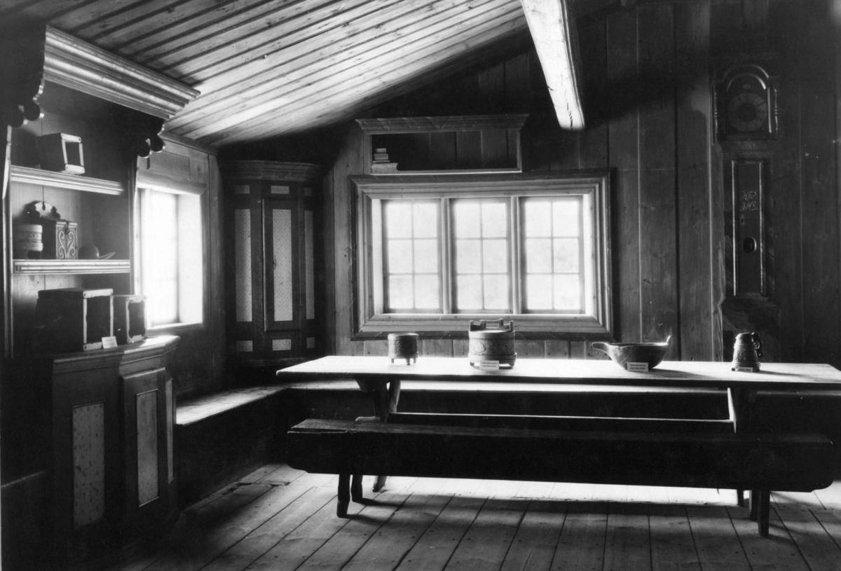 Barfrøstue fra Gammelstu Trønnes, Stor-Elvdal. Interiør. Fotografert i Østerdalstunet på Norsk folkemuseum, juli 1925.
