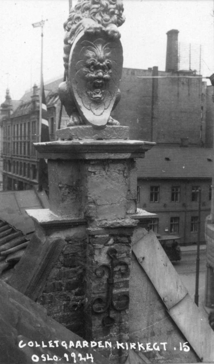 Colletgården, Kirkegata 15, Oslo. Statue av løve på taket. Nå på Norsk Folkemuseum.
