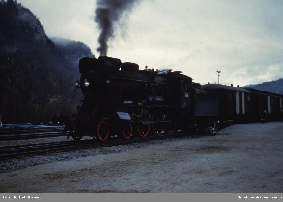 Damplokomotiv type 30c nr. 466 foran persontog på Røkland (Saltdal) stasjon