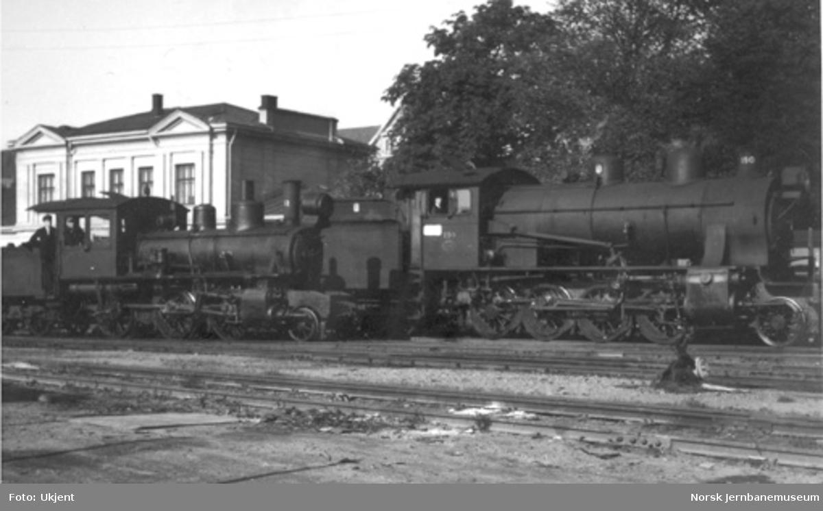 Larvik stasjon med normalsporet damplokomotiv type 22 og smalsporet type XXIII