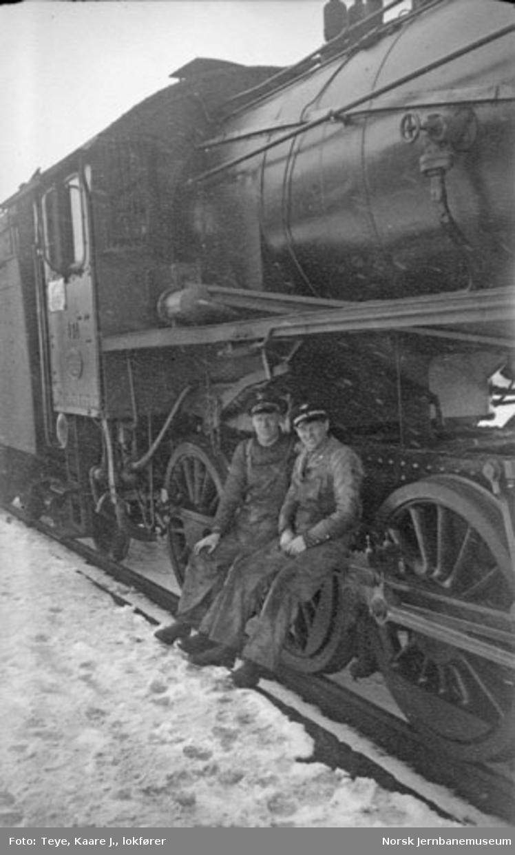 Lokomotivfører Kaare J. Teye og fyrbøter Reidar Sjursen foran damplokomotiv nr. 431