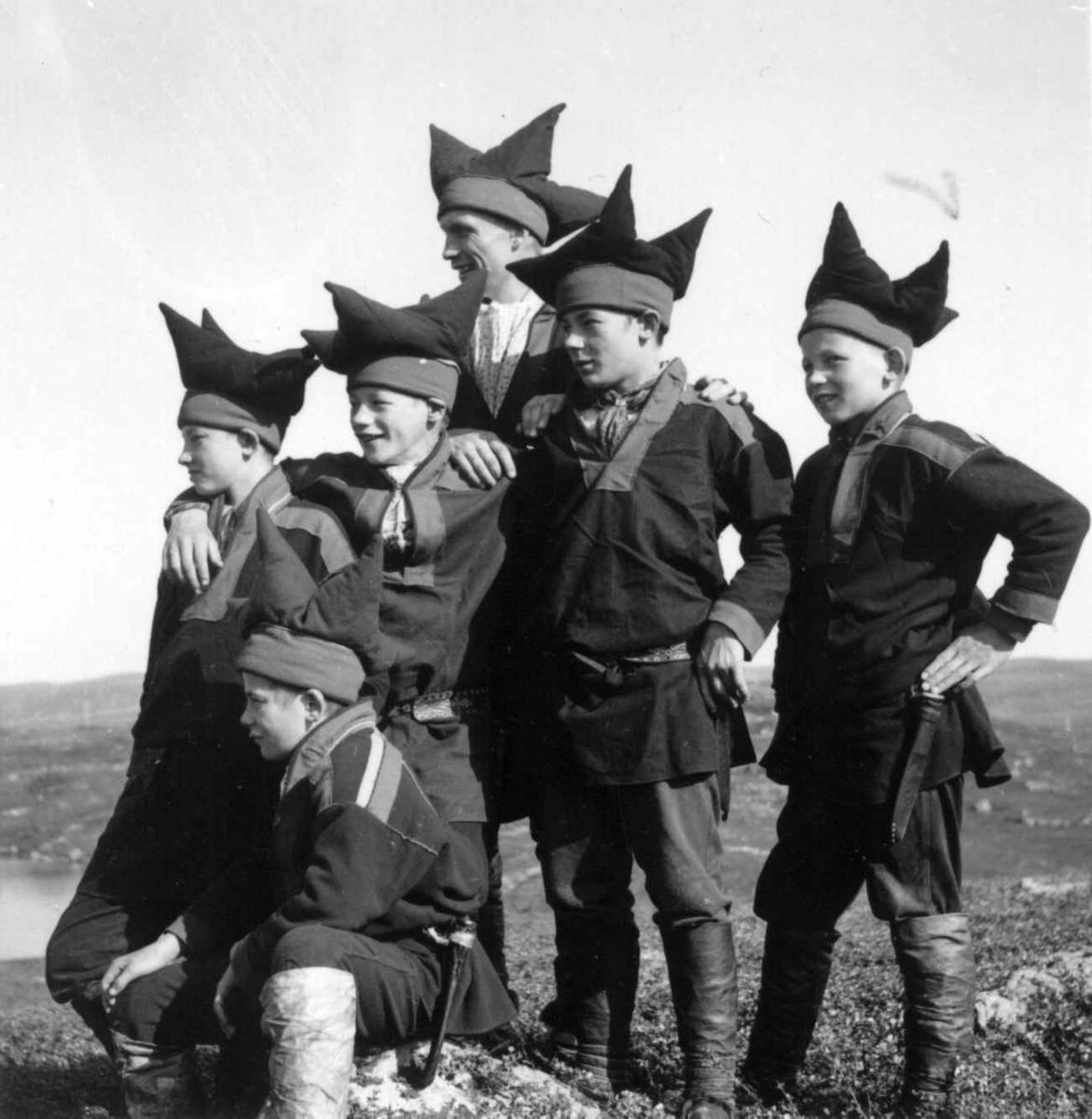 Karasjok-gutter med sin lærer Bjørn Aarseth i Karasjok-drakter. Ytre Billefjord 1959.